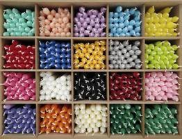 gekleurde kaarsen gefotografeerd vanaf de voorkant foto