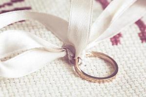 trouwring met wit lint foto
