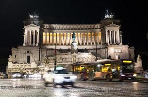 Venetië plein met bewegende voertuigen in Rome, Italië 's nachts foto