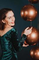 mooi meisje in luxe jurk, speels, nieuwjaarsconcept foto