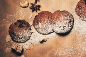 cocoladekoekjes met noten en kruiden op een tafel foto