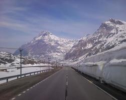 besneeuwde landschap van de valtellina-bergen foto