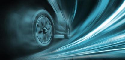 snel rijdende auto met groene stroom foto