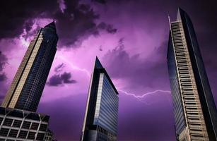 enorme zakelijke architectuurtoren foto