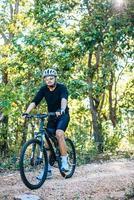 mountainbikers zittend op fietsen foto