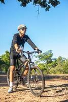 mountainbikers zitten op de fiets en dragen waterflessen foto