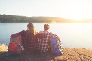 backpackers genieten met uitzicht op de natuur. paar avontuurlijke levensstijl. foto