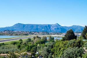 landschap van de luchthaven van corfu-stad foto