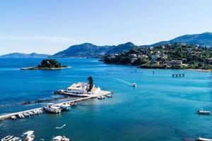 de zee bij corfu-stad foto
