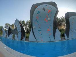 muurklimmen over diep zwembad bij nationaal centrum in Charlotte foto