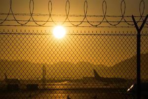 veiligheidshek rond internationale luchthaven bij zonsopgang foto