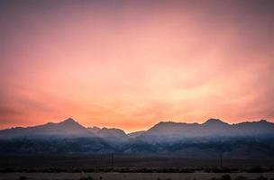 surrealistisch owens-meer bij zonsondergang in californië usa foto