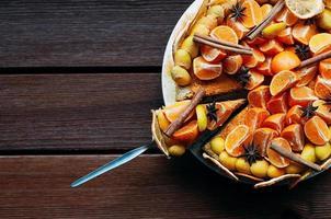 bovenaanzicht citruscake met kruiden, kleurrijk eten, kopieerpasta foto