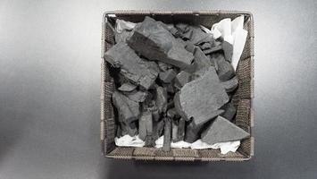 zwarte houtskool op zwarte getextureerde vloer foto