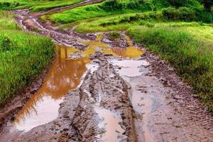 bandensporen op een modderige weg op het platteland foto
