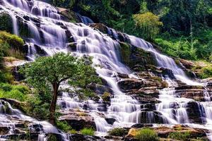 mae ya waterval in het nationale park van doi inthanon, chiang mai, thailand foto