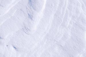 schone witte sneeuwtextuur gemaakt van ijskristallen foto