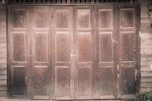 vintage houten deur van huis in Thaise stijl foto