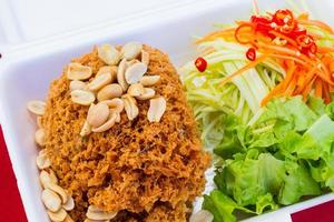 knapperige meervalsalade in piepschuimdoos van thailand street food vender foto