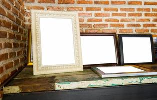 oude fotolijsten op de houten tafel foto