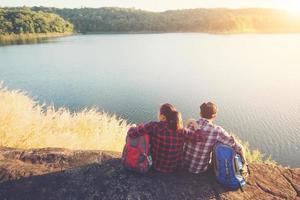 jonge backpackers genieten met uitzicht op de natuur. avontuurlijke levensstijl. foto