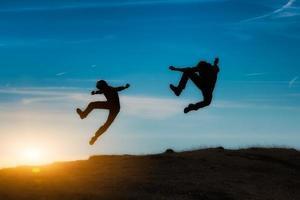 springen bij zonsondergang foto