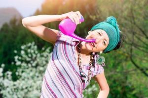 jala neti nasale irrigatie met een vrouw die oefent in de lente natuur foto