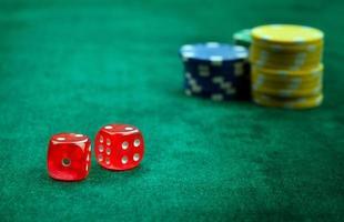 rode dobbelstenen en geldchips gokken foto