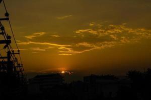 prachtige zonsonderganghemel boven de stad in thailand foto