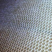 zeshoekige structuur is honingraat van bijenkorf gevuld met gouden honing foto