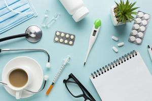 medische apparatuur inclusief bril medicijnen bureau. foto