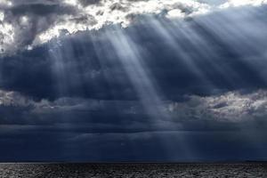 donkere en zachte wolken aan de lucht foto