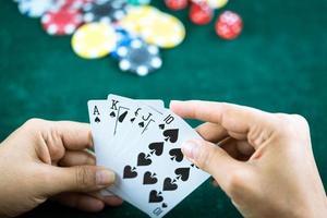 gokken poker blackjack kaarten hand getoond en dobbelstenen foto