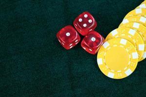 rode dobbelstenen en casinogeldmunten gokken foto