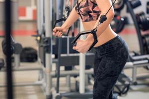 jonge fitnessvrouw voert oefening uit foto