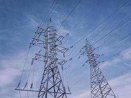 elektrische hoogspanningsleidingen en torens. foto