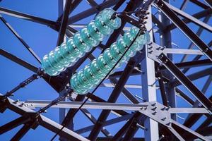 glazen lineaire isolator op hoogspanningstoren. foto