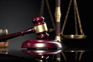 wet en justitie concept, advocatenkantoor of rechtbank items foto