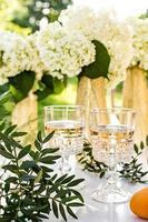rose wijn in glazen. rose wijn op gouden flessen achtergrond foto