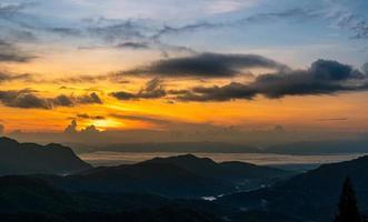 zonsopgang bij khao kho, phetchabun provincie, thailand foto