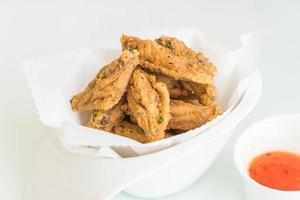 gebakken kippenvleugels met saus foto