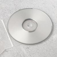 realistische witte cd-sjabloon op witte cementachtergrond foto