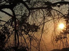 uitzicht op de zonsondergang op de heuvel foto