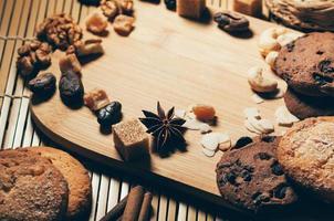 ronde krokante koekjes met kruiden en noten op snijplank foto