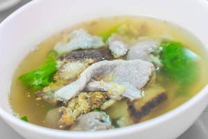 varkensvlees met groenten in soep foto