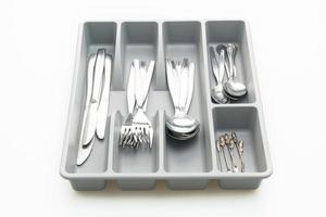 keukendoos met bestek voor lepels, vorken, messen op witte achtergrond foto