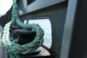 touwdetails van een zeeboot foto