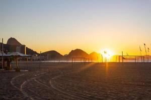 zonsopgang op het strand van Copacabana in Rio de Janeiro, Brazilië foto