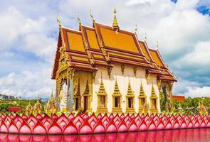 kleurrijke architectuur en standbeelden bij wat plai laem-tempel op het eiland van koh samui, thailand, 2018 foto