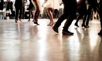 mensen dansen op het muziekfeest foto